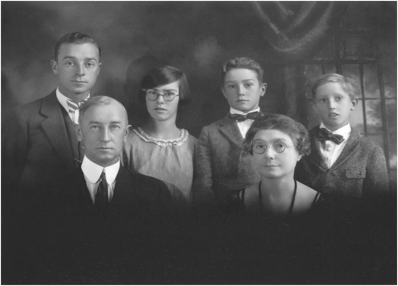 Peaslee Family photo circa 1915; Budd at upper left.